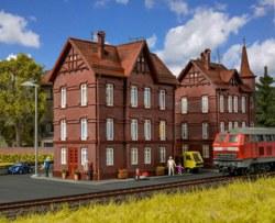 326-43806 Eisenbahner-Wohnhaus mit First