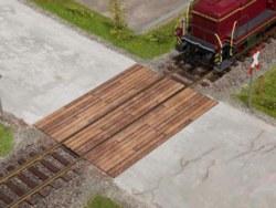 330-67105 Bahnübergang Holzbohlen